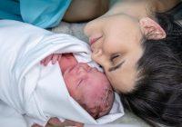 Aizturiet elpu: 30 reālās fotogrāfijas no dzemdībām, māmiņas pirmo reizi satiek savus mazuļus
